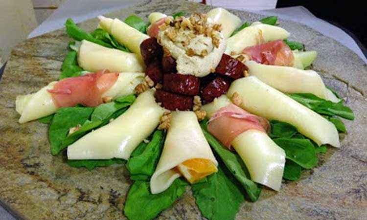 Πλατό φρούτων με τυριά και αλλαντικό
