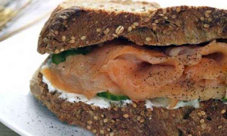 Σάντουιτς με πολύσπορο ψωμί, καπνιστό σολομό και τυρί cottage