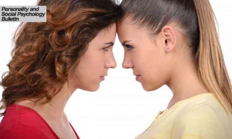 Δείτε πώς κρίνει η γυναίκα μια άλλη όταν εκείνη φοράει κόκκινο χρώμα