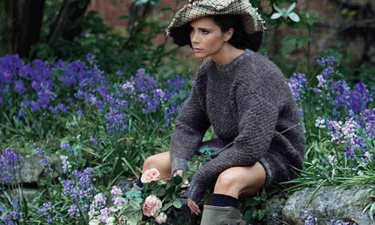 Η Victoria Beckham ποζάρει με γαλότσες