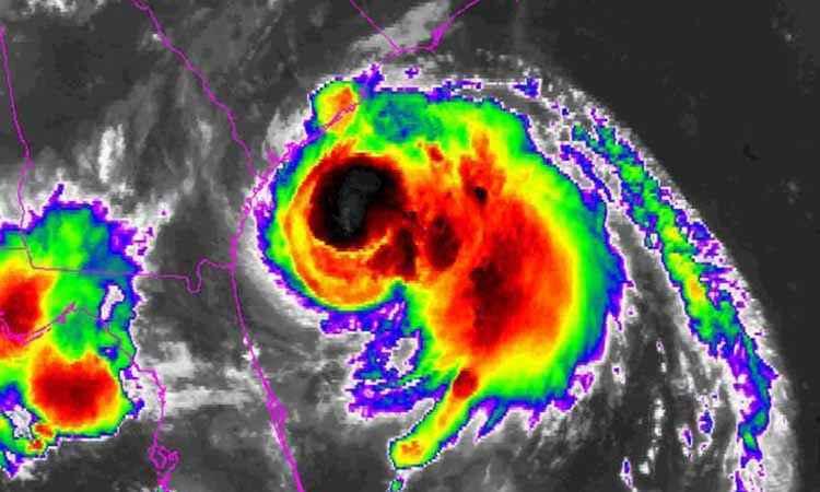 Ο κυκλώνας Άρθουρ προσεγγίζει τη Βόρεια Καρολίνα