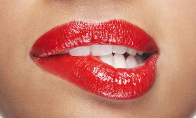 Πώς να αποκτήσετε απαλά χείλη με 3 υλικά που έχετε στην κουζίνα σας