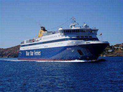 Το «Blue Star Naxos» προσέκρουσε στο λιμάνι της Τήνου