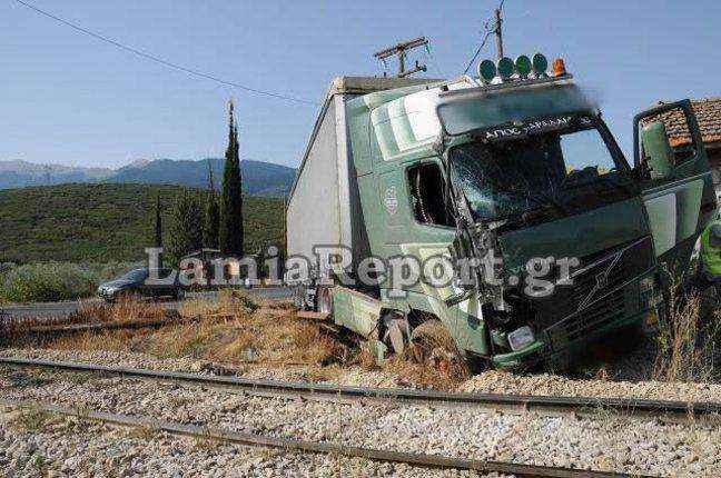 Νταλίκα συγκρούστηκε με τρένο