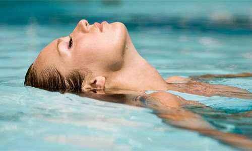 Ποιους κινδύνους για την υγεία κρύβει η πισίνα
