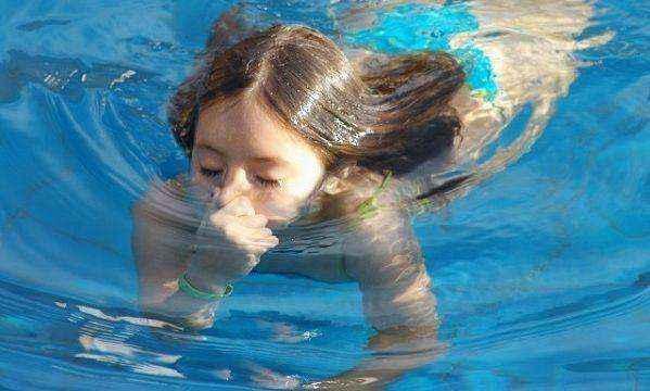Πώς θα μάθω στο παιδί μου να κολυμπάει;