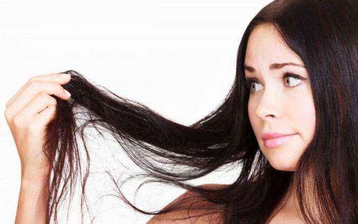 """Τι να κάνετε για να μην """"λαδώνουν"""" τα μαλλιά σας"""