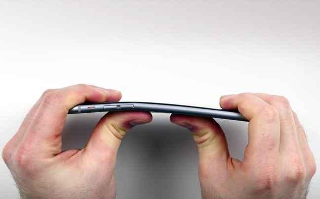 Λύγισε το iPhone 6 Plus με τα χέρια του