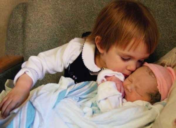 Παιδιά συναντούν για πρώτη φορά τα αδέλφια τους