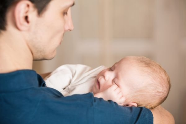 Πώς οι μπαμπάδες «δένονται» με το μωρό