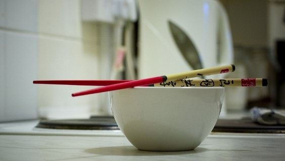 Τα «έξυπνα» chopsticks που καταλαβαίνουν τι τρώτε