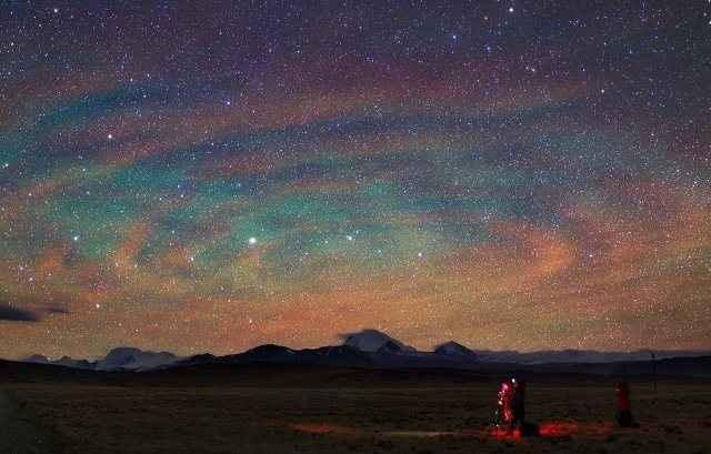 Το φωτεινό «υπόστρωμα» του νυχτερινού ουρανού