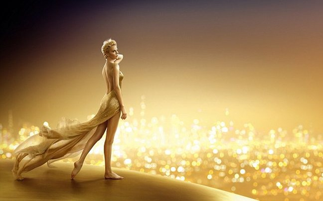 Χρυσή από την κορυφή ως τα νύχια η Charlize Theron