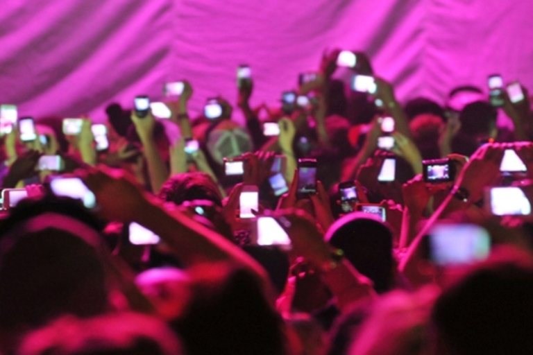 Βρέθηκε η λύση για τους ενοχλητικούς που βιντεοσκοπούν συναυλίες