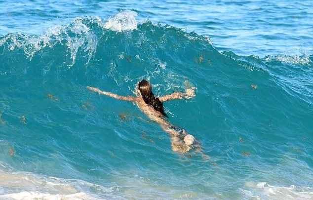 Η Alessandra Ambrosio δαμάζει τα κύματα