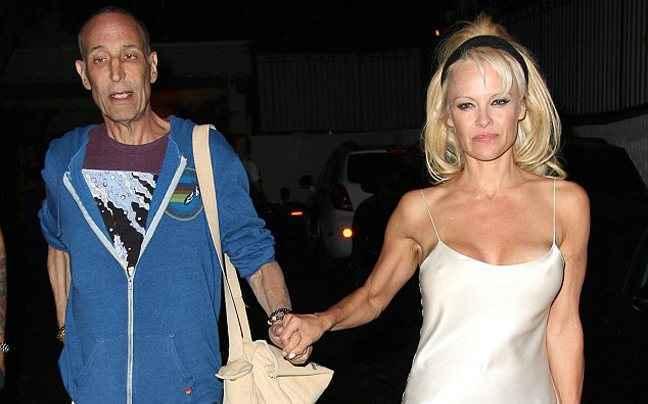 Η Pamela Anderson βγήκε με το κομπινεζόν