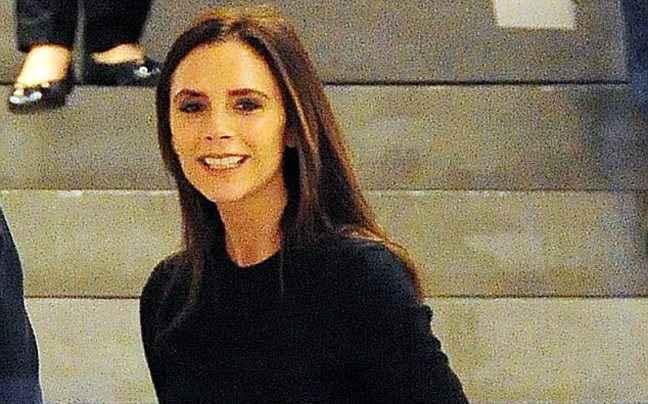 Η Victoria Beckham εξυπηρετεί τους πελάτες στη μπουτίκ της
