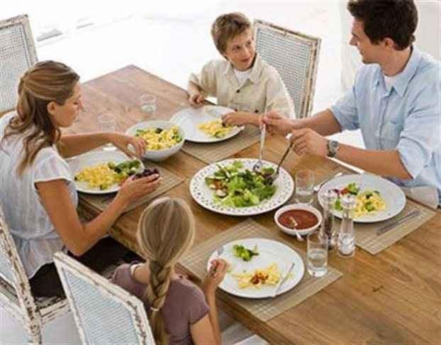 Τα οικογενειακά γεύματα «ασπίδα» κατά της παιδικής παχυσαρκίας