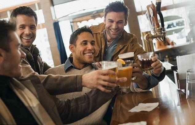 Το αλκοόλ φέρνει χαμόγελα στα πρόσωπα των αντρών