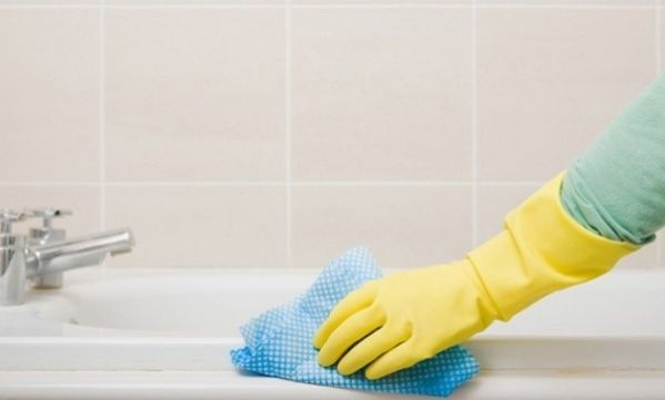 Έτσι θα απαλλαχτείτε μια για πάντα από τους λεκέδες στα τζάμια του μπάνιου!