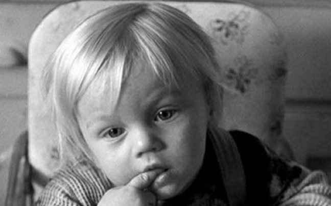 Αναγνωρίζετε τον πιτσιρικά της φωτογραφίας;