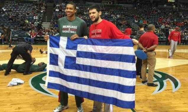 Αντετοκούνμπο και Παπανικολάου πόζαραν με την ελληνική σημαία
