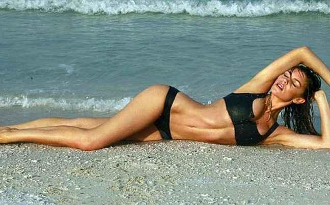 Η Abbey Clancy κυλιέται στην άμμο