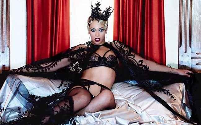 Η Beyonce με εσώρουχα, ζαρτιέρες και στέμμα