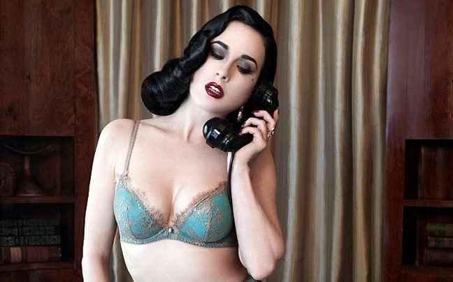Η Dita Von Teese με τα εσώρουχα και το τηλέφωνο στο χέρι
