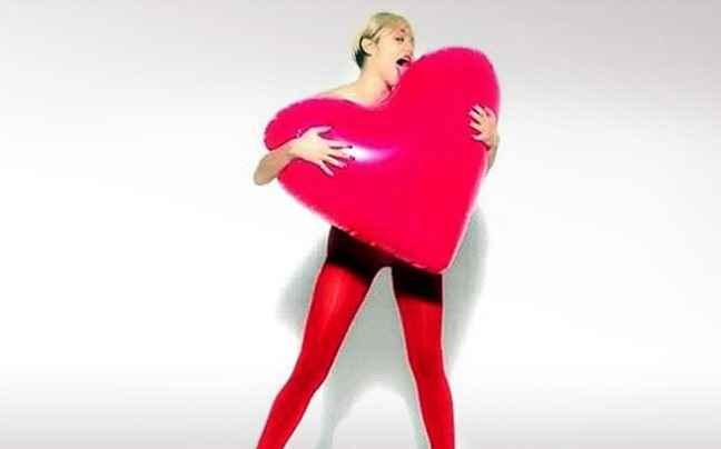 Η Miley Cyrus και πάλι γυμνή