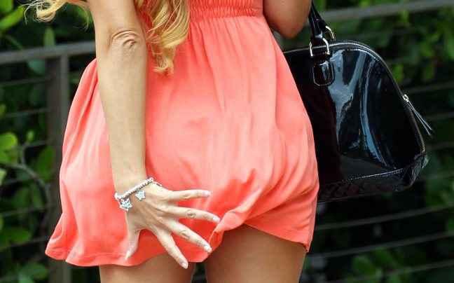 Ο αέρας σήκωσε το φόρεμα της Claudia Romani