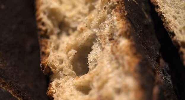 Πώς να διατηρήσετε το ψωμί που αρχίζει να μπαγιατεύει