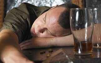 Γιατί όσοι πίνουν δεν μπορούν να κόψουν το αλκοόλ