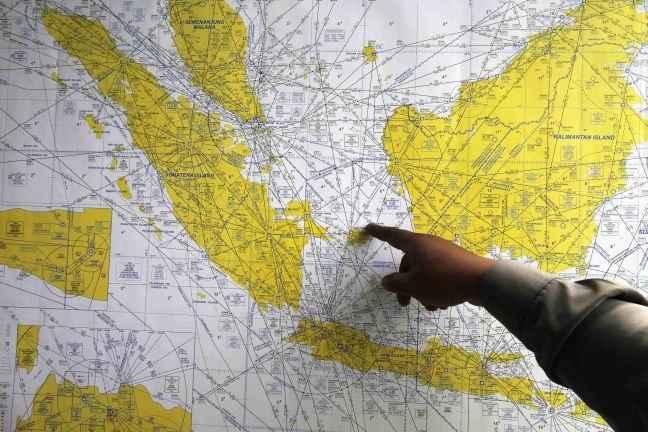 Για συντριβή του αεροσκάφους της Air Asia κάνουν λόγο αξιωματούχοι
