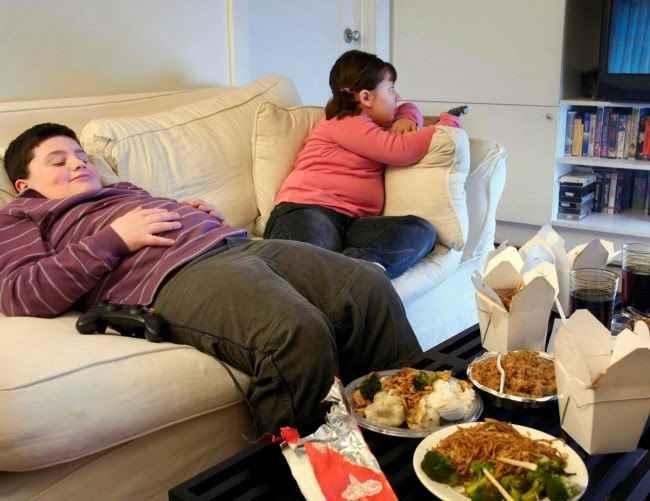 Η κρίση ρίχνει τους Έλληνες στον καναπέ και την παχυσαρκία
