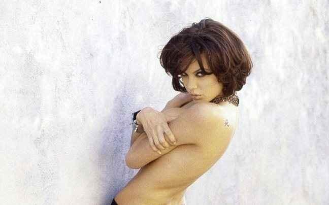 Η Angelina Jolie τόπλες στα 19 της