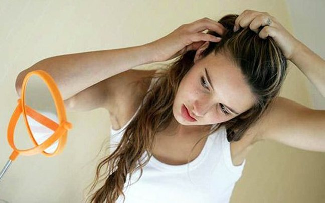 Κρύψε «έξυπνα» τη ρίζα στα μαλλιά