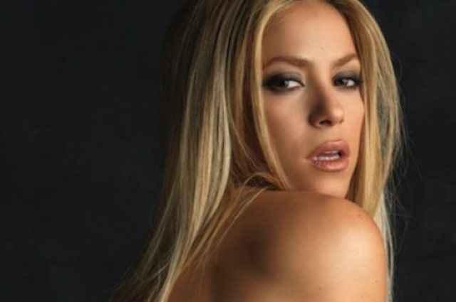 Με μαύρο μπούστο και μία κιθάρα ποζάρει η Shakira