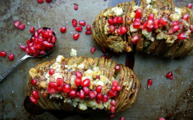 Πατάτες ακορντεόν με σπόρους ροδιού