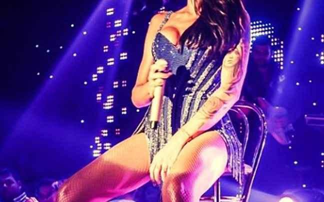 Σέξι τραγουδίστρια έβαλε «φωτιά» στη Ρόδο