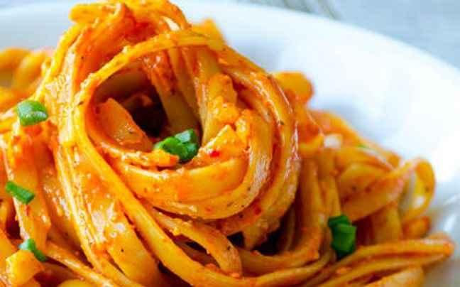 Φετουτσίνι με σάλτσα τομάτας και παρμεζάνα