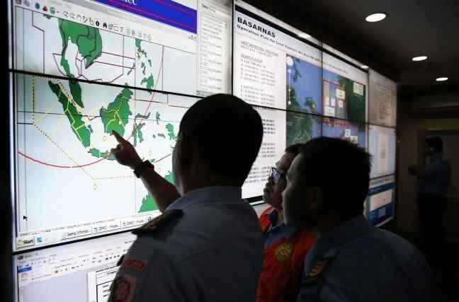 Δύτες αναζητούν τα συντρίμμια του μοιραίου αεροσκάφους της AirAsia