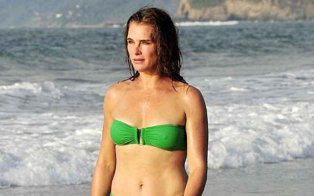 Η 50άρα Brooke Shields στην παραλία