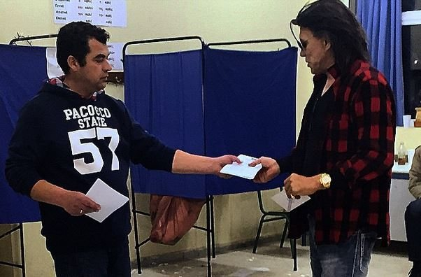 Με γαλότσες και καρό πουκάμισο ο Ψηνάκης έριξε την ψήφο του