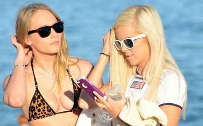 Πώς δυο πρωταγωνίστριες ερωτικών ταινιών διασκεδάζουν στη παραλία