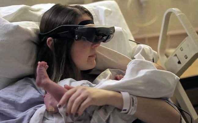 Τυφλή μητέρα βλέπει για πρώτη φορά το νεογέννητο γιο της