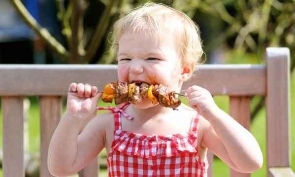 «Κάνει να δίνω στο παιδί μου φαγητό από το δικό μας πριν χρονίσει ή όχι;»