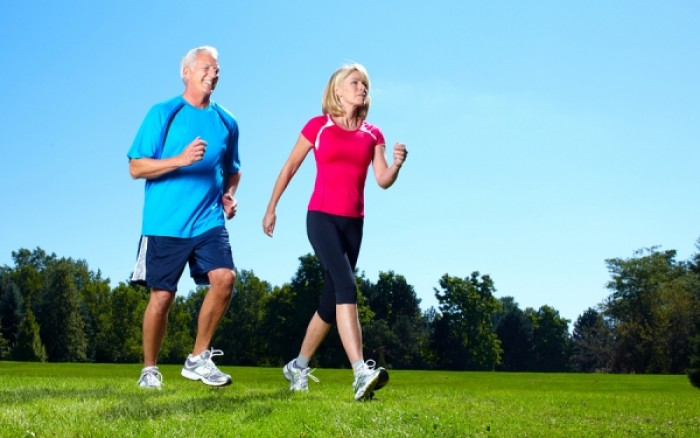 Γιατί το τζόγγινγκ είναι προτιμότερο από το περπάτημα μετά τα 50