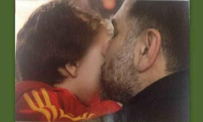 Γρηγόρης Αρναούτογλου Το τρυφερό φιλί στον γιο του
