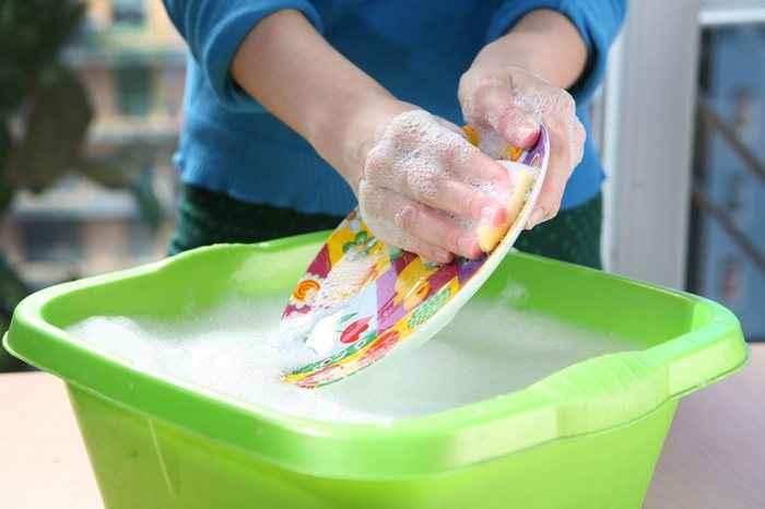 Το πλύσιμο των πιάτων στο χέρι προστατεύει τα παιδιά από αλλεργίες